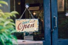 打开在商店门的牌 免版税库存照片