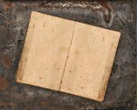 打开在土气织地不很细背景的古色古香的食谱书 图库摄影