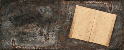 打开在土气织地不很细背景的古色古香的食谱书 库存图片