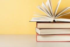 打开在堆的书在木桌上的书 教育背景 回到学校 赠送阅本空间 库存照片