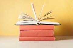 打开在堆的书在木桌上的书 教育背景 回到学校 赠送阅本空间 免版税图库摄影