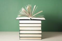 打开在堆的书在木桌上的书 教育背景 回到学校 赠送阅本空间 免版税库存图片