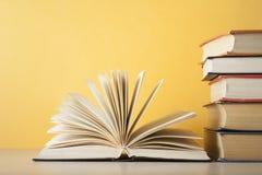 打开在堆的书在木桌上的书 教育背景 回到学校 赠送阅本空间 库存图片