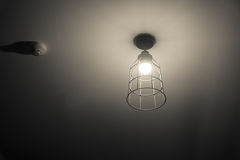 打开在天花板的明亮的轻的青灰色灯 免版税库存图片