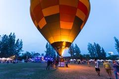 打开在晚上的热空气气球在清迈气球Festi 库存照片