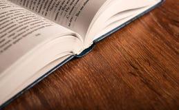 打开在木桌上的大书 免版税图库摄影