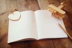 打开在木桌的空白的笔记本 为大模型准备 减速火箭的被过滤的图象 图库摄影