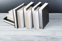 打开在木桌,黑委员会背景上的书 回到学校 教育产业概念 免版税库存照片