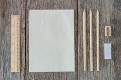 打开在木背景的笔记本与木统治者 免版税库存图片