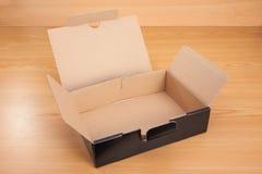 打开在木背景的箱子 库存图片