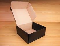 打开在木背景的箱子 免版税库存图片