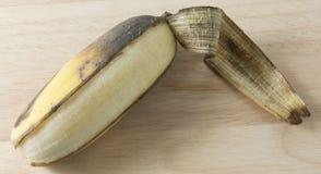 打开在木表上的成熟香蕉果子 免版税库存照片