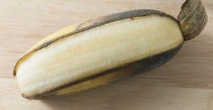 打开在木表上的成熟香蕉果子 库存图片