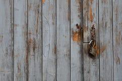 打开在木车库门的挂锁 图库摄影