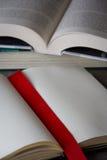 打开在桌上的书与红色丝带 图库摄影