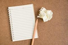 打开在棕色背景的螺纹笔记本 库存照片