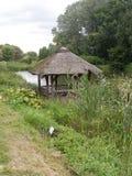 打开在湖的村庄 免版税库存照片