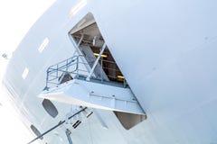 打开在白色游轮船身的舱口盖  库存照片