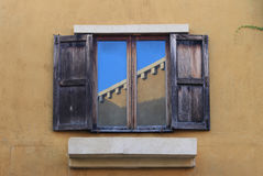 打开在砖墙上的老窗口 免版税库存图片
