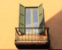 打开在砖墙上的老窗口 免版税库存照片