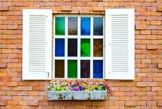 打开在砖墙上的马赛克窗口 免版税图库摄影