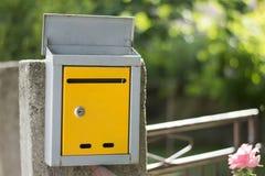 打开在篱芭的邮箱,与低景深的射击 图库摄影