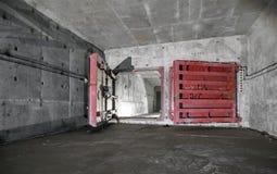 打开在红色的防护,被密封的门在地下设施 免版税库存图片