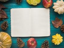 打开在绿色秋天背景的笔记本 免版税库存图片
