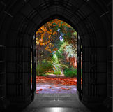 打开在美丽,五颜六色的森林上的教会门 免版税库存照片
