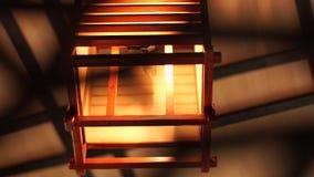 打开在舒适interiorclose的木灯笼 软和舒适照明设备的木和方形的枝形吊灯在现代 股票录像