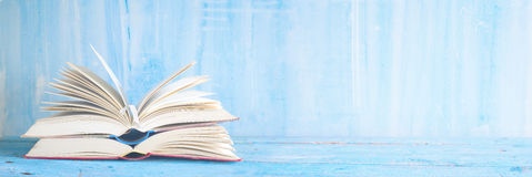 打开在蓝色脏的背景的书 免版税库存照片