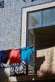 打开在蓝色色的门面传统葡萄牙房子的蓝色窗口 图库摄影