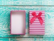 打开在蓝色葡萄酒木桌面视图的礼物盒 库存图片