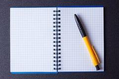 打开在螺旋和笔的笔记薄 库存图片