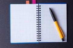 打开在螺旋和笔的笔记薄 库存照片