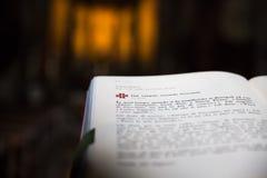 打开在讲演台-意大利教会的圣经 免版税库存照片