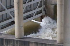 打开在长角牛水坝的水闸门 免版税库存图片