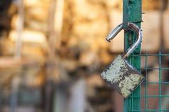 打开在门的挂锁 库存图片