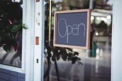 打开在门的牌 免版税库存照片