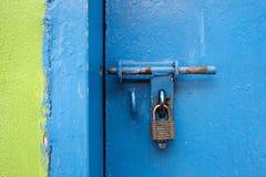 打开在门,但是门的老锁 绿色和蓝色墙壁 免版税库存图片