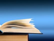 打开在颜色梯度背景的书,文本的空间 库存图片