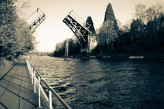 打开在水的桥梁 免版税库存图片