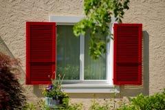 打开太阳盲人和窗口 免版税库存图片