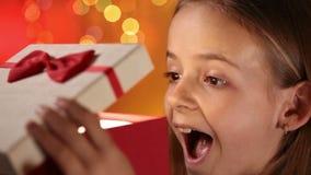 打开她的礼物的有希望的圣诞节女孩 影视素材