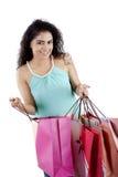 打开她的购物袋的美丽的妇女 免版税库存图片