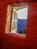 打开对秘鲁女修道院地面的一个孤立窗口 免版税图库摄影