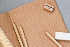打开工艺笔记本,木文具项目,顶视图 教育的,工作场所概念,回到学校,拷贝空间 库存照片