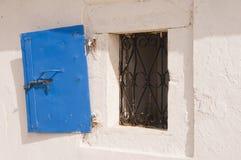 打开希腊窗口和蓝色快门 免版税库存图片