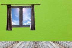 打开帷幕和窗口在木地板上在绿色墙壁上和 库存图片