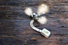 打开开关为打开在电灯泡光的想法的a光和硬币 库存照片